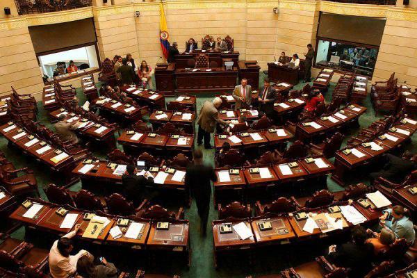 Senado aplaza discusión de ley que sanciona el ausentismo en el congreso por inasistencia de los legisladores.